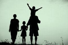 silueta-niños-felices-con-la-madre-y-padre-22277218